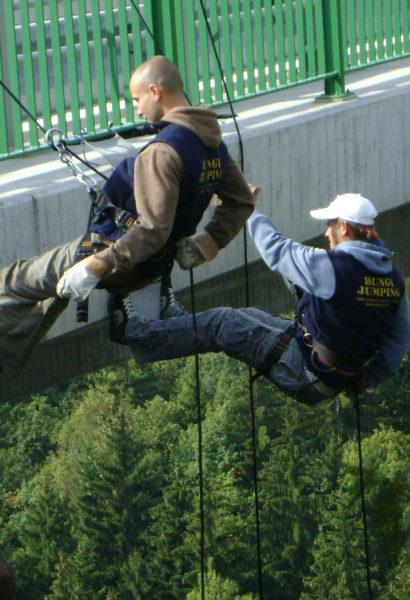 62m adrenalinu při slaňování mostu