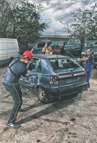 Rozmlať auto – vybij se při skupinové demolici