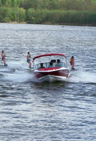 Vodní lyžování za motorovým člunem